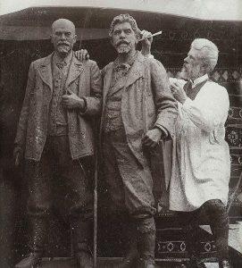 Laurits Tuxen under arbejdet med dobbeltskulpturen af Michael Ancher og P.S. Krøyer