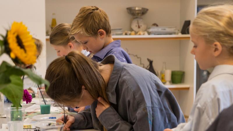 Børn der maler i Skagens Museums billedkunstværksted ved navn Bikuben