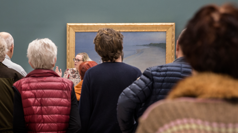 Publikum foran en omviser på Skagens Museum