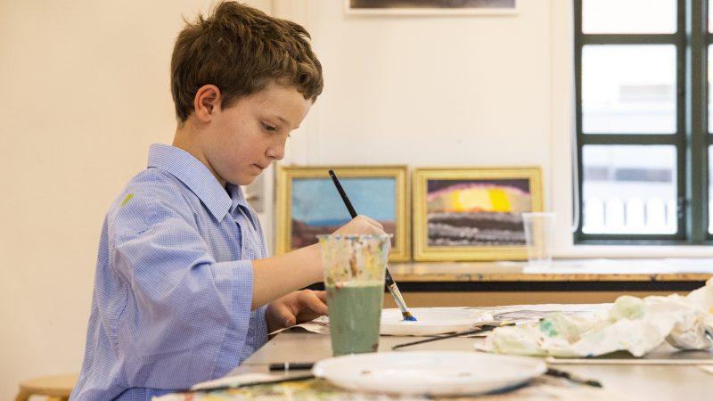 Dreng der maler på malerskolen for børn på Skagens Museum