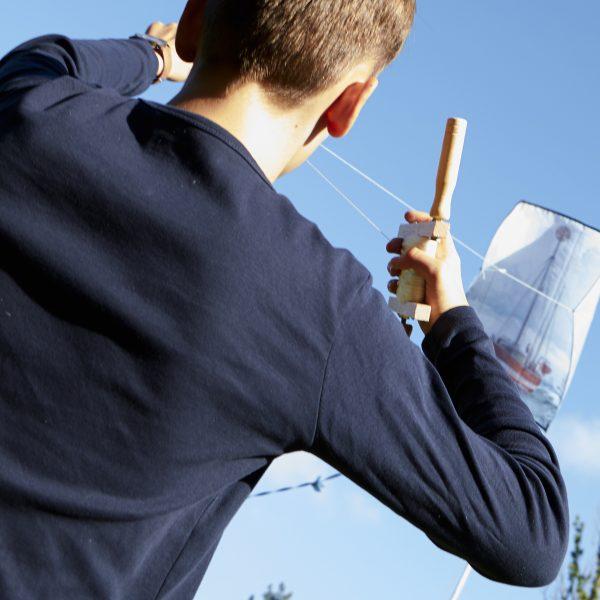 Dreng holder en slædedrage med skagensmalerne