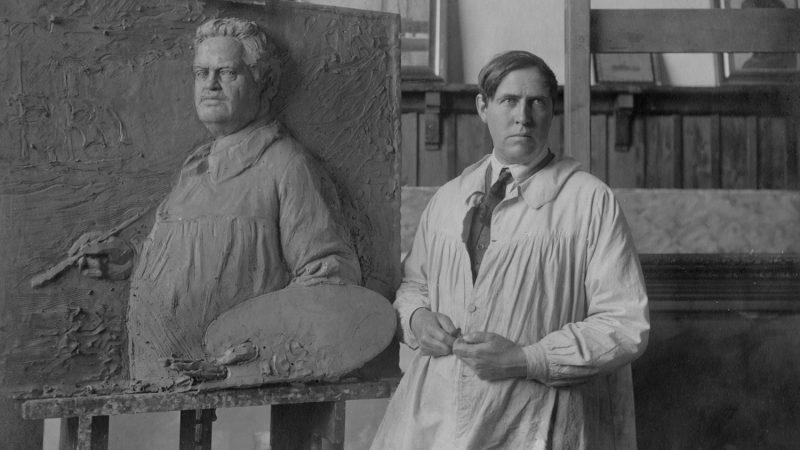 Axel Locher foran relief af faderen Carl Locher