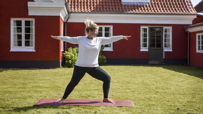 Yoga-lærer Mette Mai Diget instruerer i Hatha Yoga hver tirsdag morgen kl. 8 i hele juli måned. Det foregår under åben himmel i haven ved Anchers Hus.