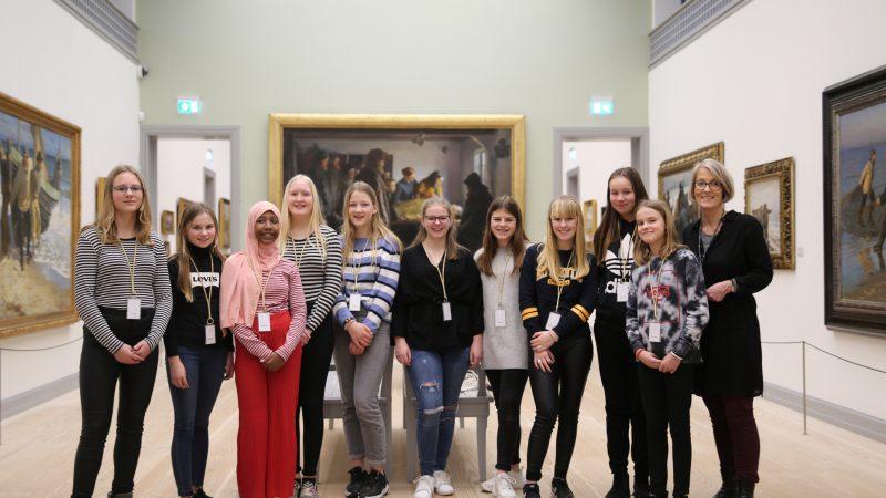Skagens Museums junioromvisere foran Michael Anchers maleri 'Den druknede' på Skagens Museum