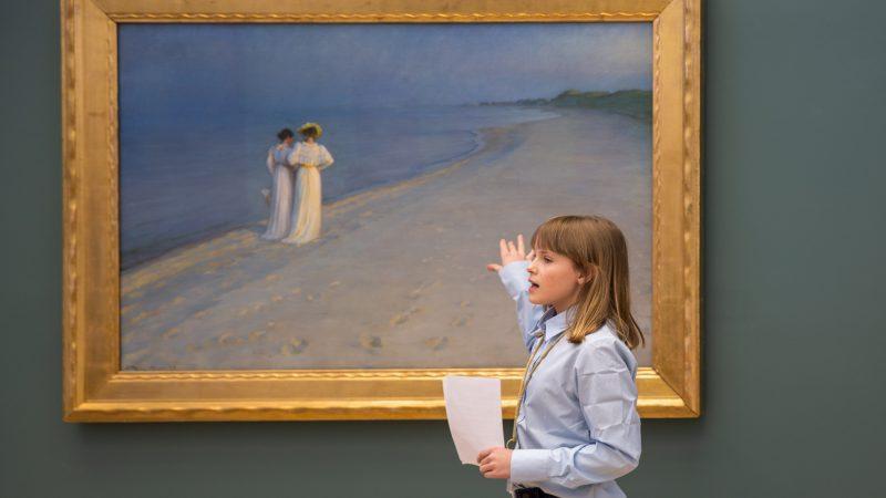Junioromviserne viser rundt bland værkerne i samlingen på Skagens Museum