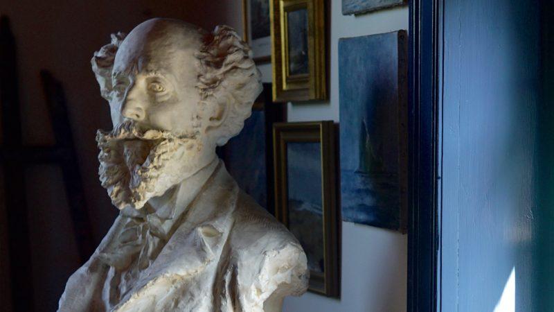 Buste af Holger Drachmann i atelieret i Drachmanns Hus