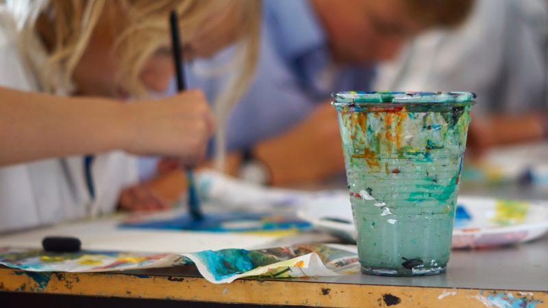 Børn i gang med at male på Skagens Kunstmuseers malerskole på Skagens Museum